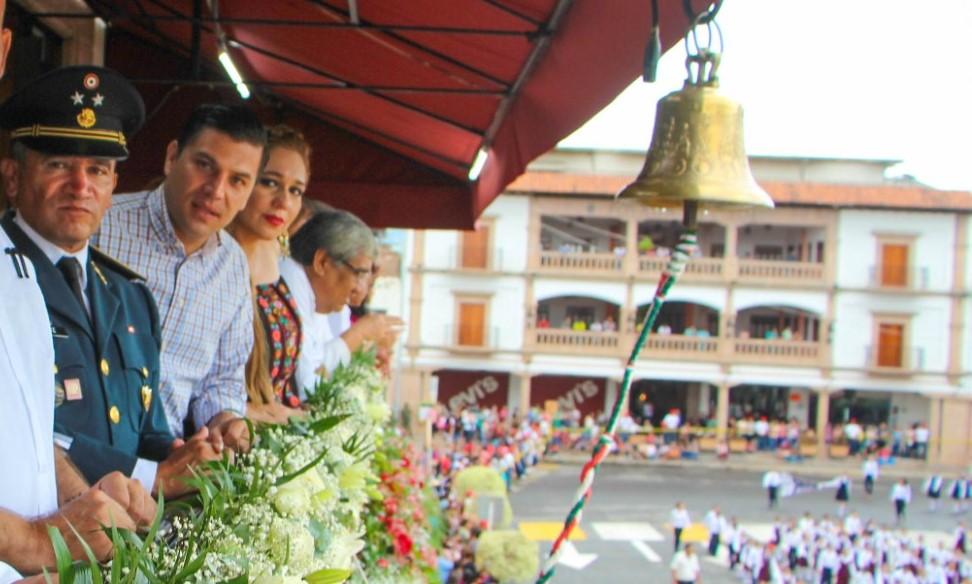 Con acto y desfile, ayuntamiento de Apatzingán conmemora la independencia