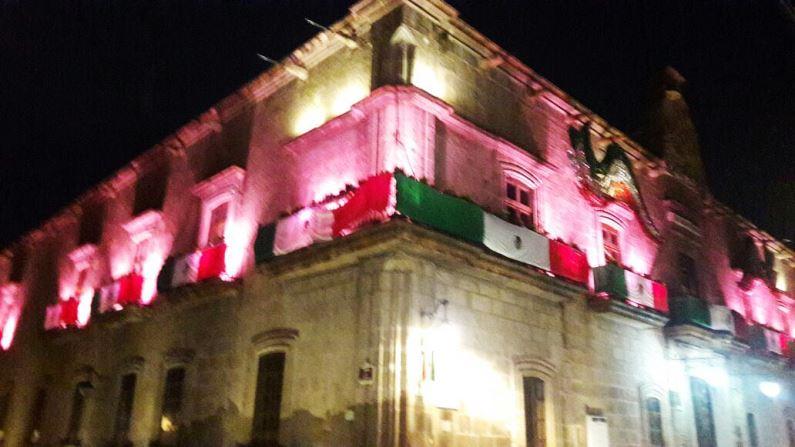 Edificios y monumentos de Morelia se iluminan de rosa