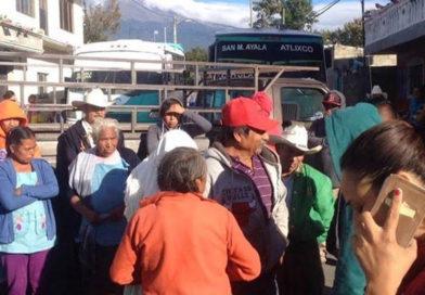 Transportistas bloquean accesos a 20 comunidades de Atlixco