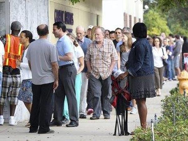 Reportan largas filas de votantes de forma anticipada en Los Ángeles.