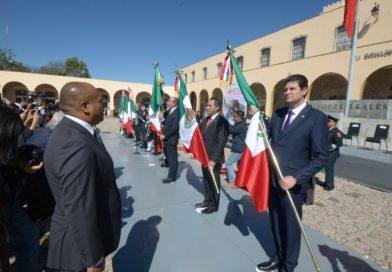 Alfonso Martínez participó en abanderamiento de escuelas por el Día de la Bandera