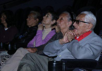 """Adultos mayores del Asilo """"Miguel Hidalgo"""" pasan rato agradable en el cine"""