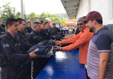 Entregan  uniformes a elementos de la Policía Michoacán. En Apatzingán