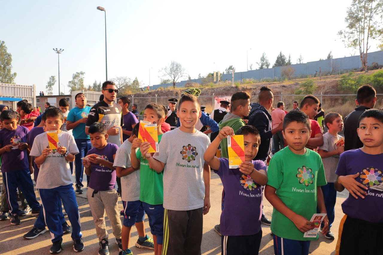 Celebran niñas y niños de Centros de Asistencia Social en el Estadio Morelos.