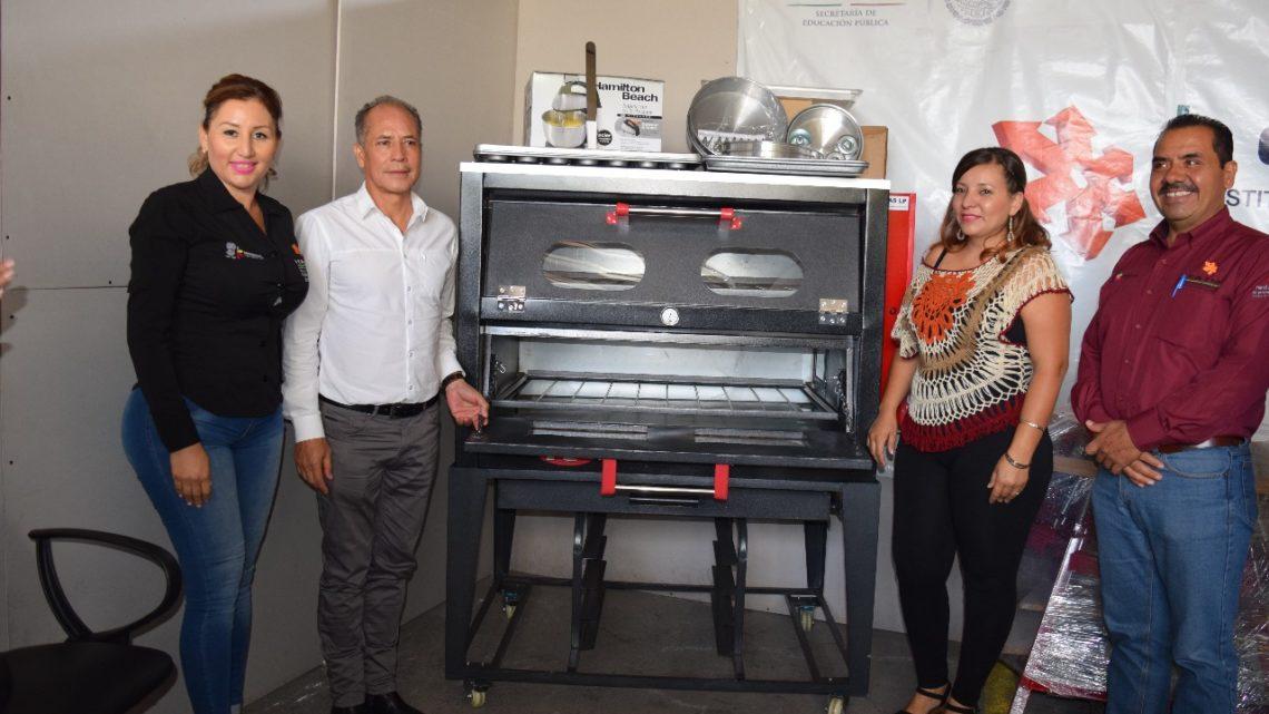 Estudiantes del Icatmi reciben equipamiento para emprender negocio