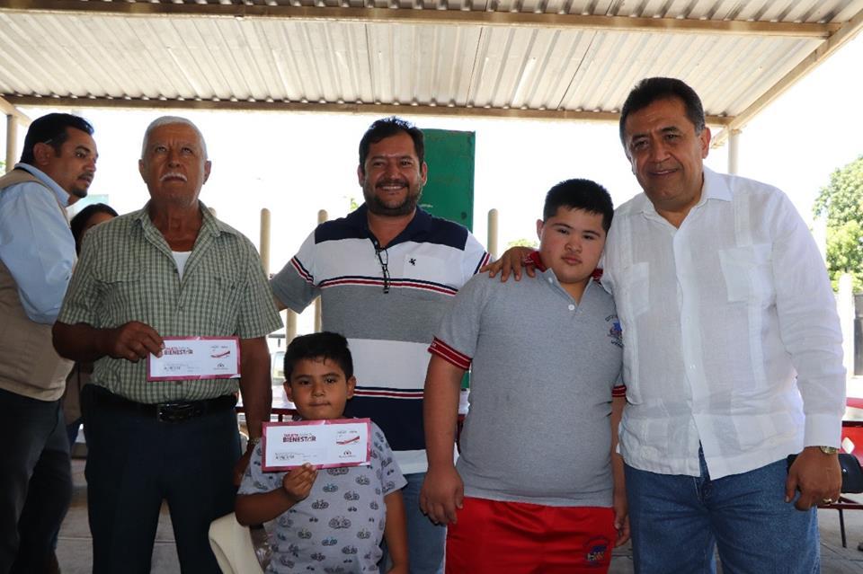 En Apatzingán entregan tarjetas del programa Bienestar para adultos mayores y personas con discapacidad.