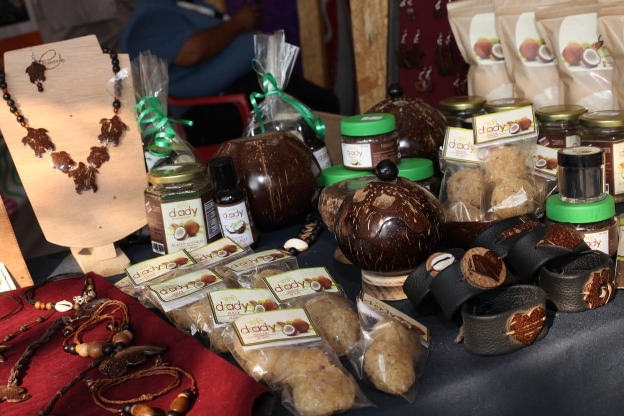 Artesanías y productos cosméticos y alimenticios a base de coco, en la Expo Fiesta Michoacán